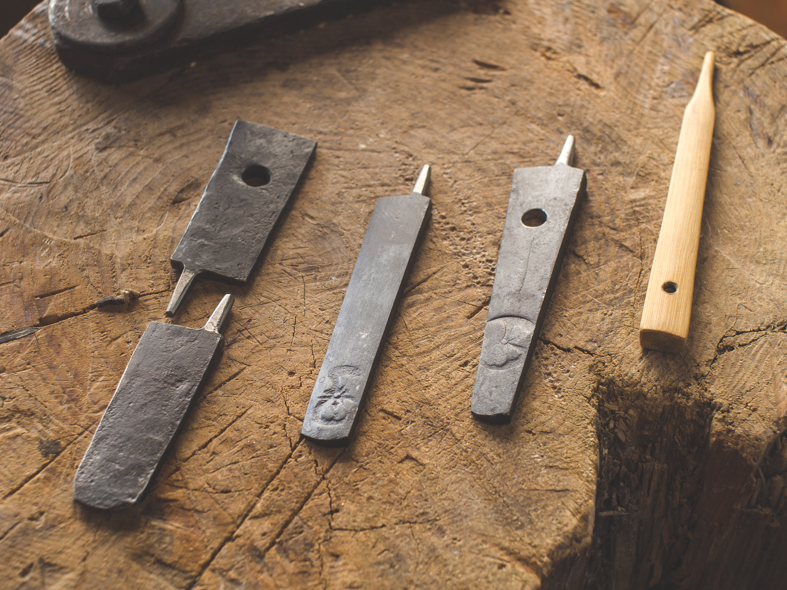 IslandBlacksmith: Hand crafted Japanese inspired tanto and fusion style knives.